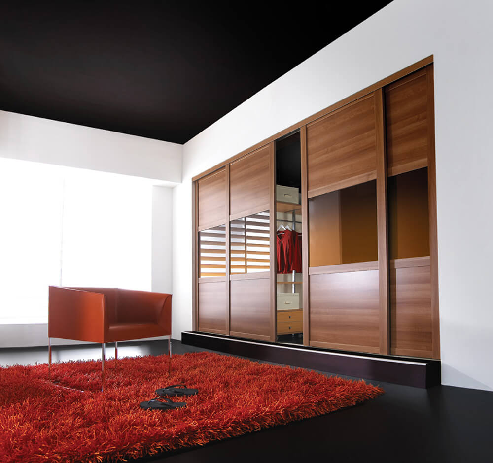 Встроенный шкаф с деревянным фасадом со стеклянными вставками