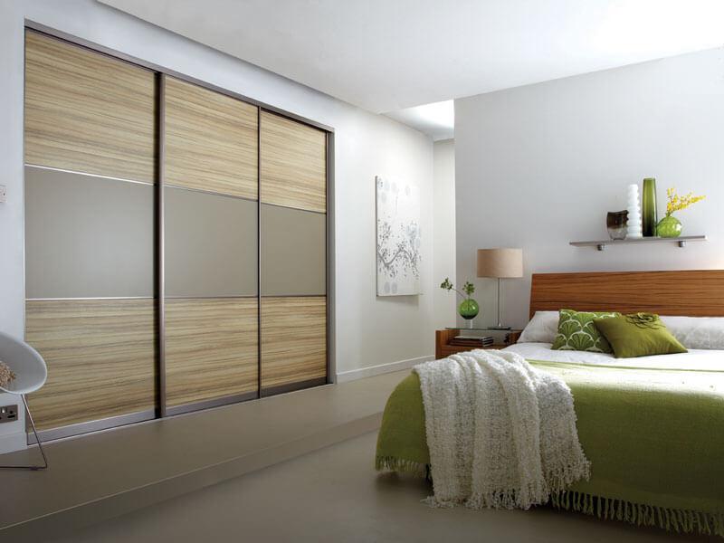 Встроенный трехстворчатый шкаф купе в спальне