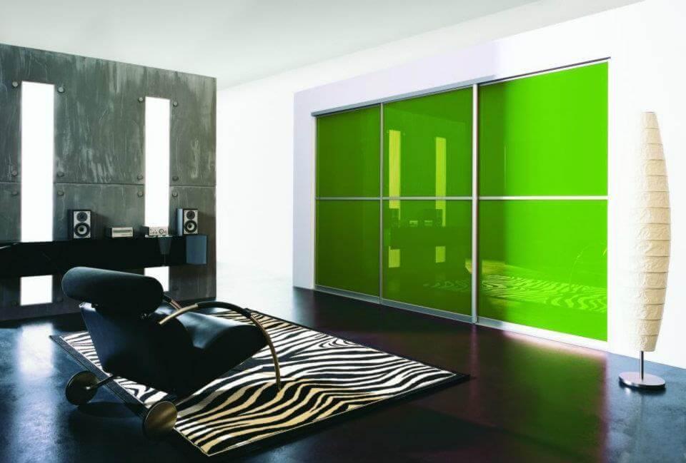 Встроенный шкаф с зелеными раздвижными фасадами