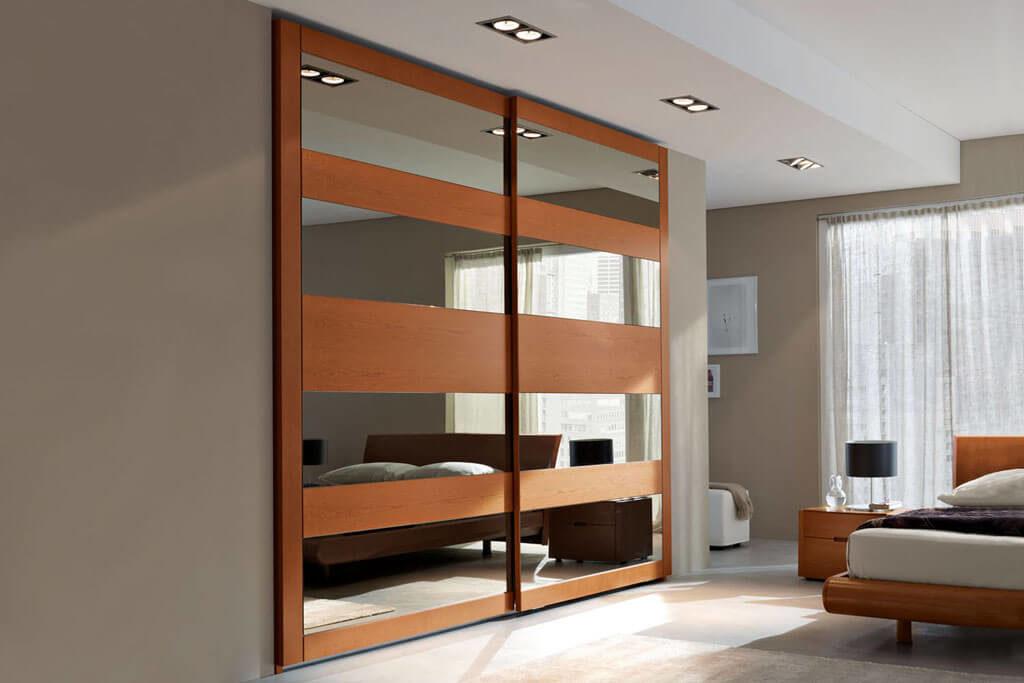 Встроенный шкаф купе в спальне с зеркальными вставками