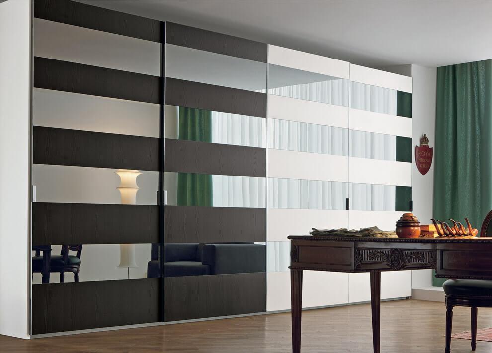 Встроенный шкаф с раздвижным фасадом в интерьере