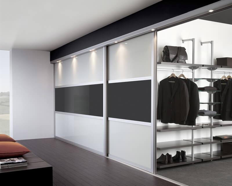 Фото встроенной гардеробной с раздвижными фасадами