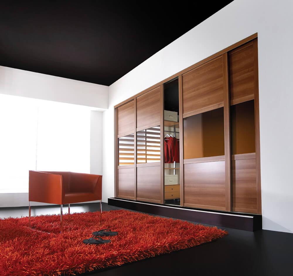 Встроенная гардеробная с раздвижными дверьми