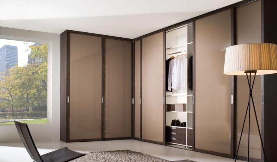 Встроенная гардеробная с раздвижной системой дверей