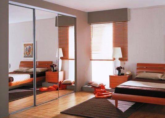 Встроенный шкаф купе в спальне с зеркальным фасадом