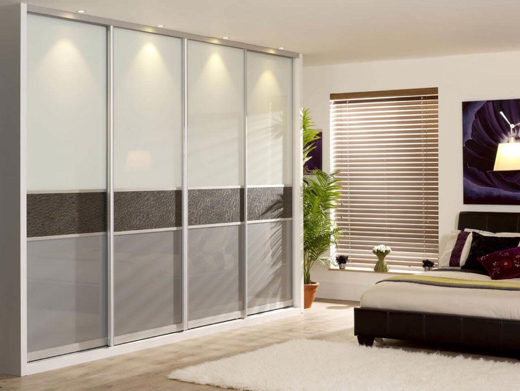 Встроенный шкаф купе в интерьере спальной комнаты