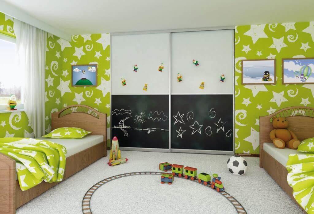Фото встроенного шкафа купе в детской с покрытием фасада для рисования мелом