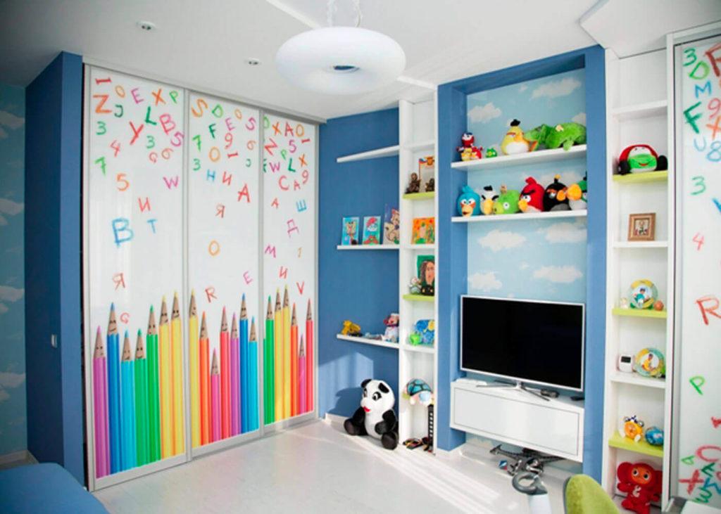 Фото детской комнаты со встроенным трехстворчатым шкафом купе