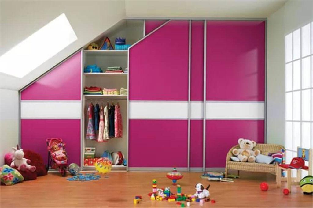 Встроенный шкаф в детской на мансарде