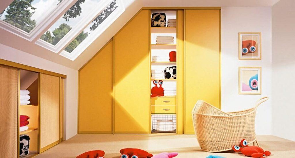 Встроенный шкаф купе в детской на мансарде