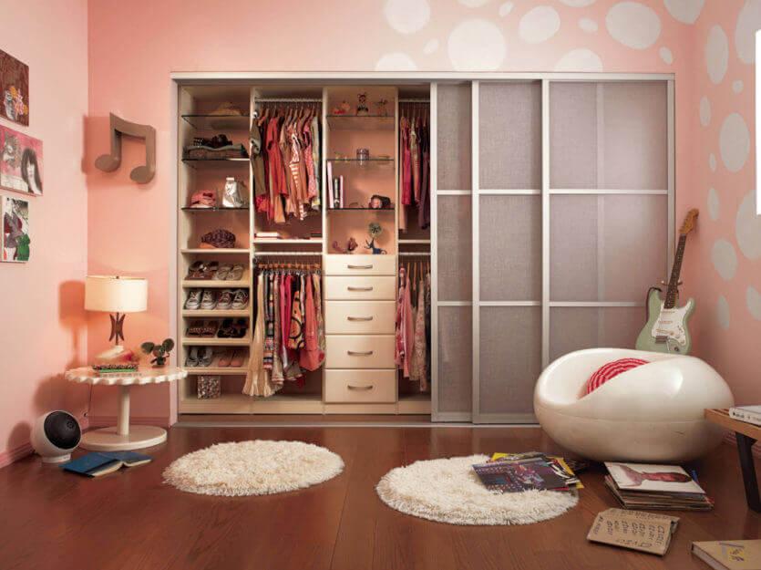 Фото внутреннего наполнения встроенного шкафа купе в комнате девочки