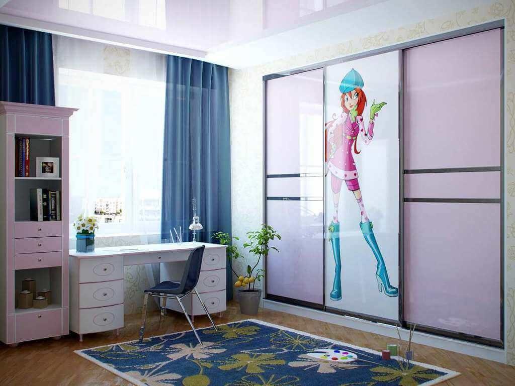 Детская комната девочки со встроенным шкафом со стеклянными фасадами и УФ печатью