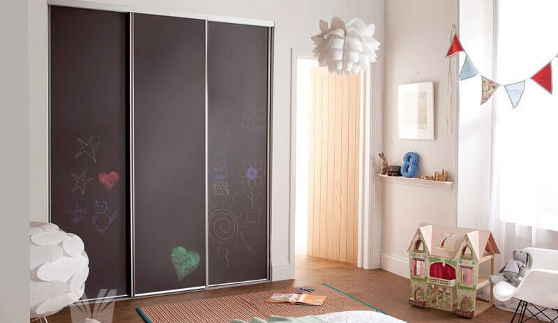 Встроенный шкаф в детской с фасадом с покрытием для рисования мелом