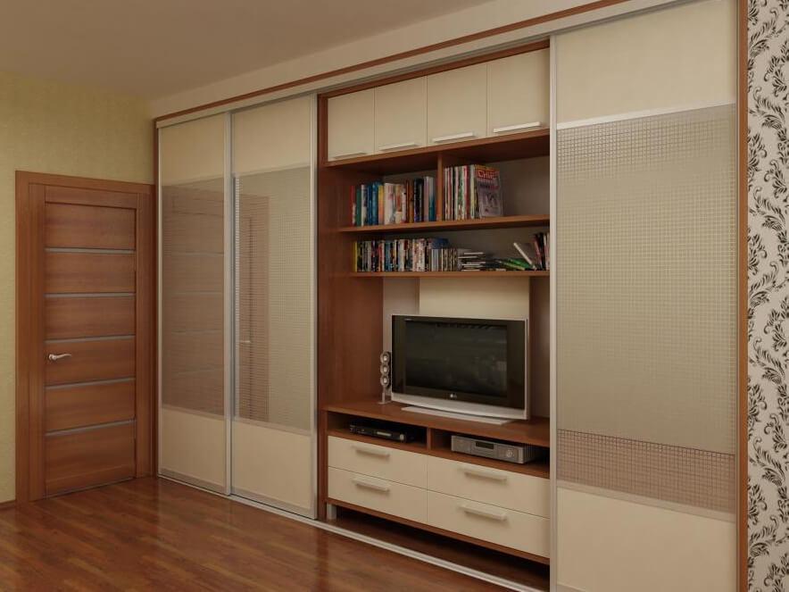 Встроенный шкаф в гостиной с телевизором