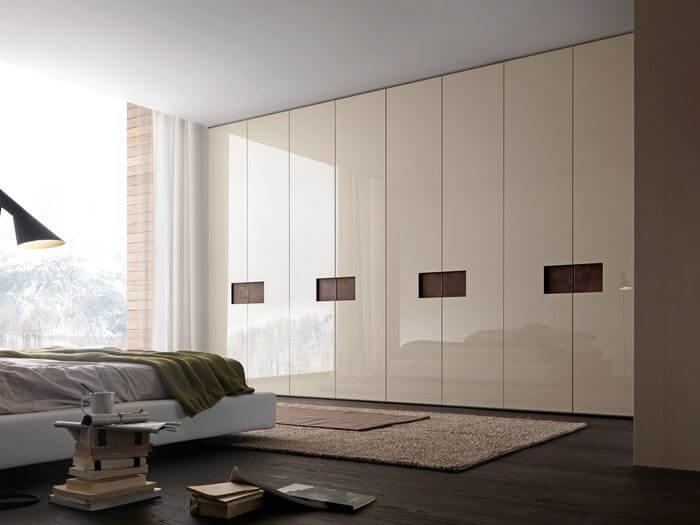Большой встроенный шкаф для одежды в спальне