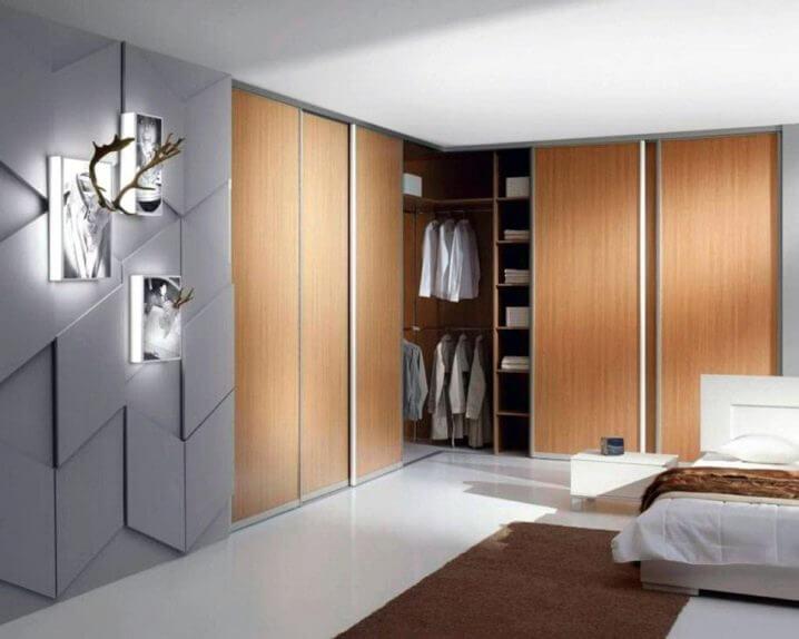 Встроенный угловой шкаф купе в интерьере спальни