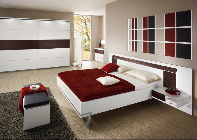Спальня с подвесными прикроватными тумбами в интерьере