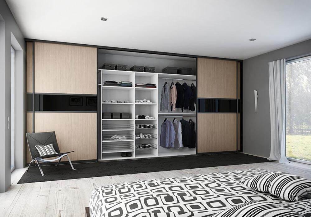 Встроенный во всю стену шкаф купе в спальной