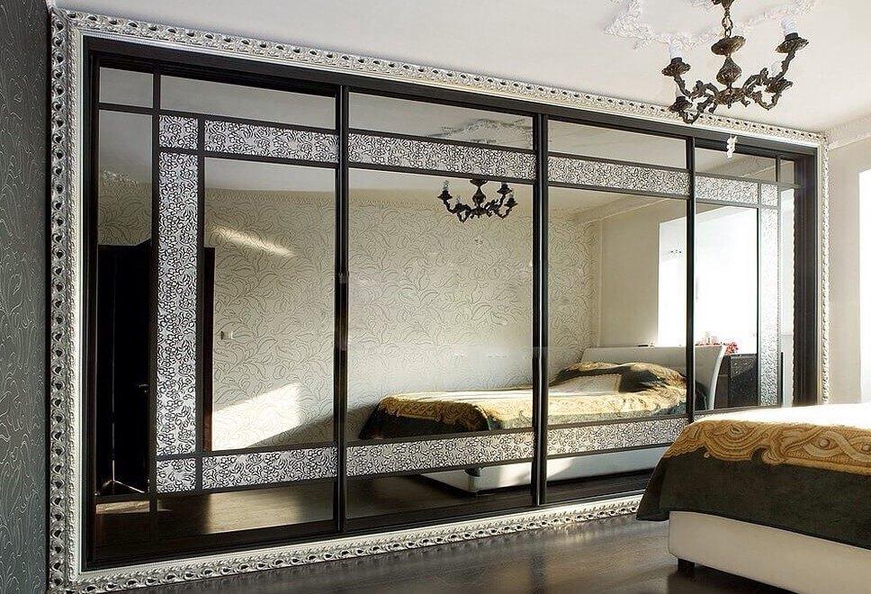 Зеркальный шкаф купе встроенный во всю стену