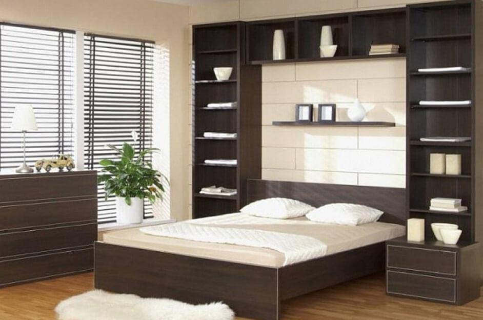 Узкие шкафы по обе стороны от кровати