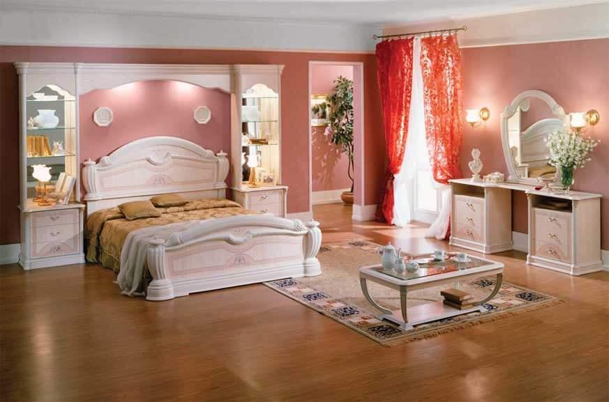 Спальня в классическом стиле с пеналами по бокам от кровати