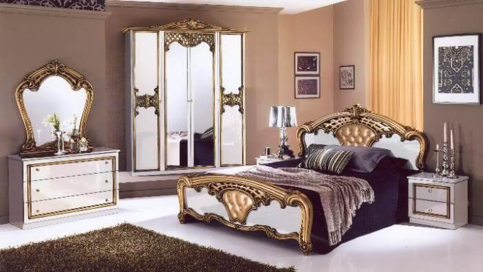 Классический интерьер спальной с зеркальным шкафом