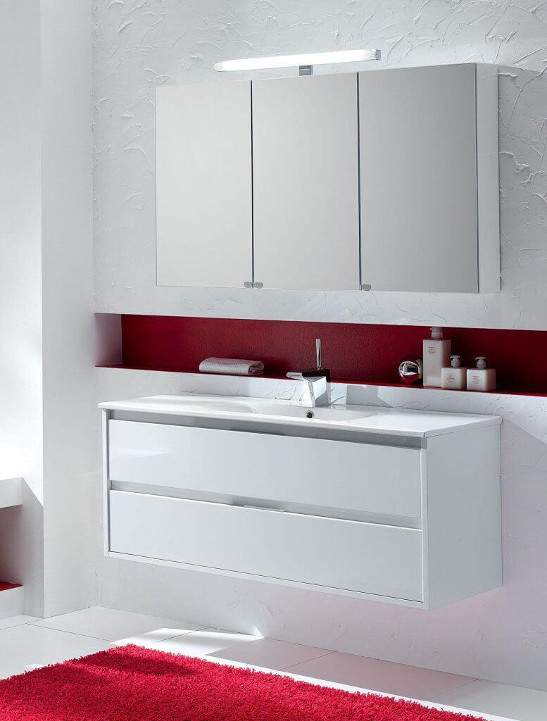 Шкаф в ванную с зеркальным фасадом и подсветкой