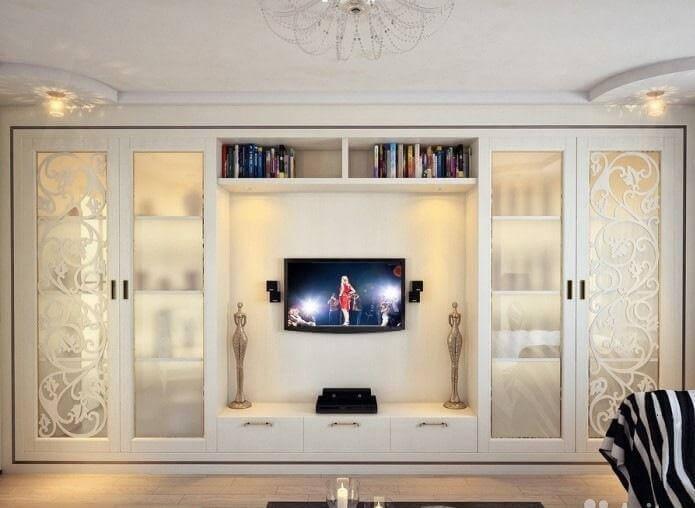 Встроенный шкаф во всю стену с телевизором