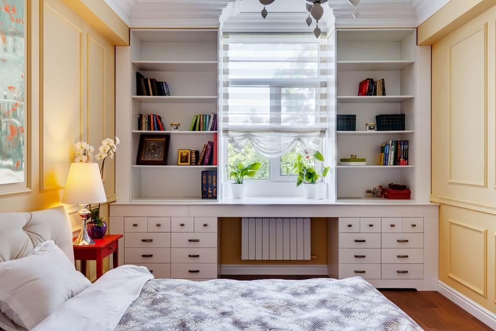 Встроенный шкаф во всю стену у окна в спальной