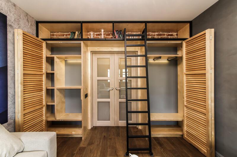Шкаф вокруг входной двери в прихожей