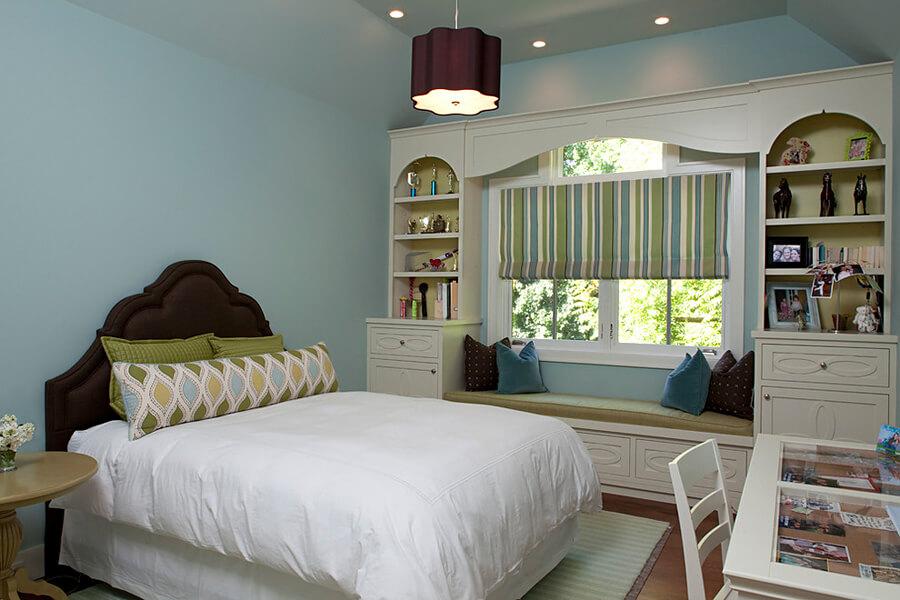 Шкаф вокруг окна в интерьере спальной