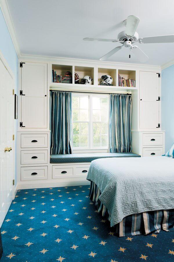 Встроенные шкафы вокруг окна с диваном на подоконнике