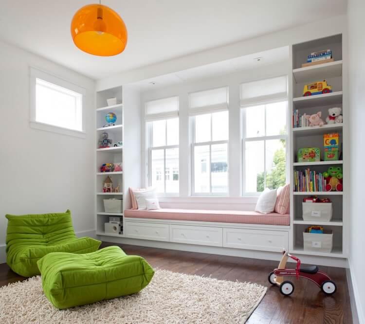 Встроенные шкафы у окна с диванчиком на подоконнике в детской комнате