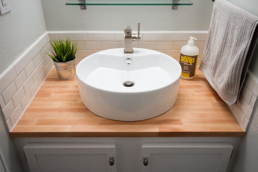 Встроенная тумба в ванной с раковиной чашей