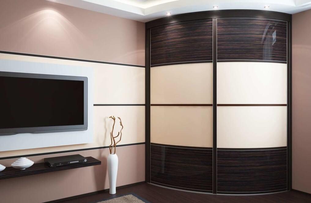 Угловой шкаф купе в гостиную с радиусным фасадом