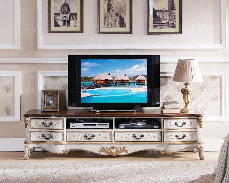Деревянная тумба под телевизор в классическом стиле