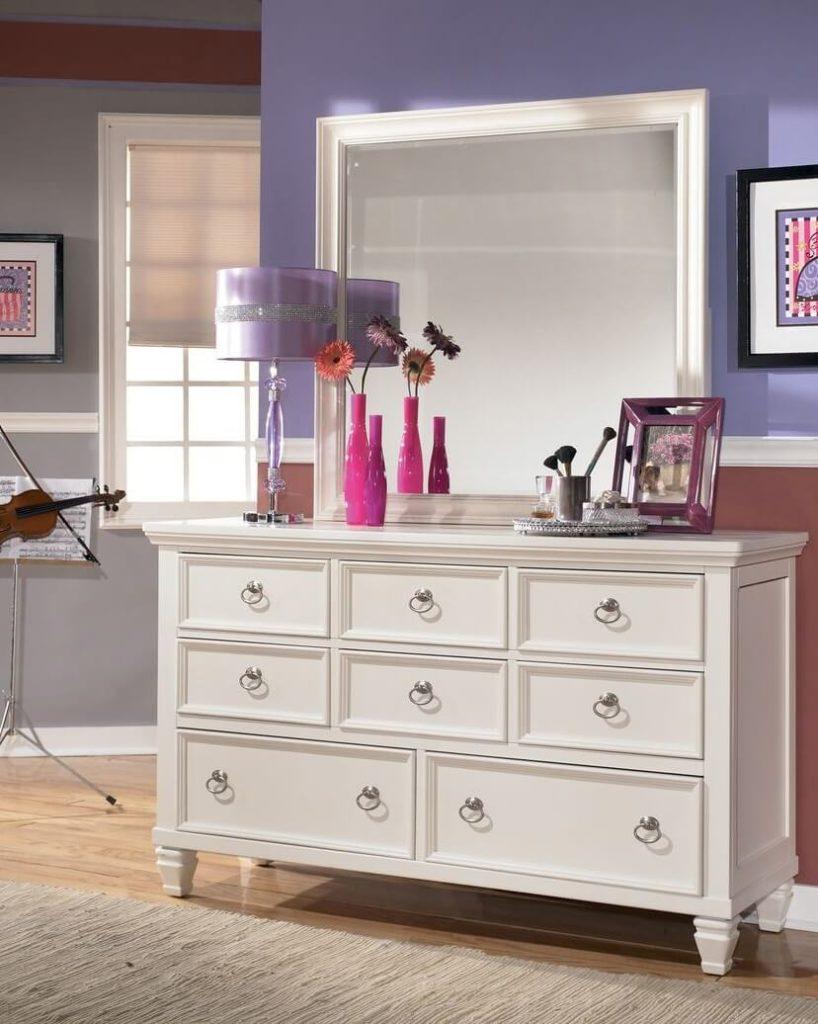 Комод с зеркалом в комнате девушки подростка