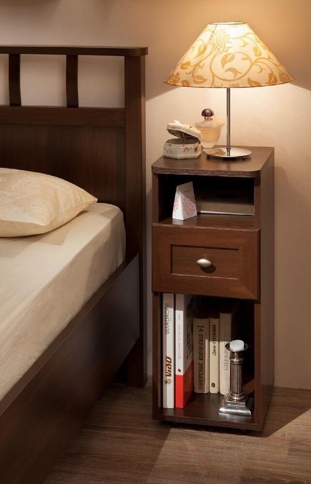 Узкая прикроватная тумбочка в спальне