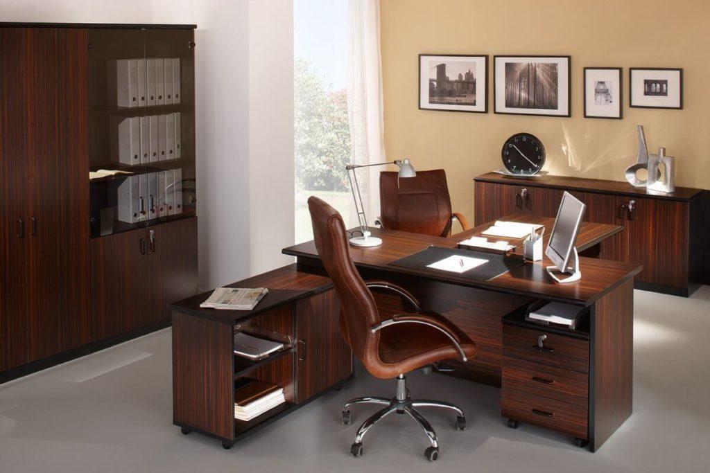 Фото кресла руководителя в кабинете