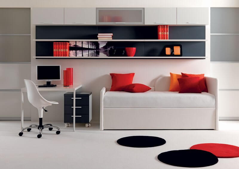 Маленький компьютерный стол в интерьере комнаты подростка