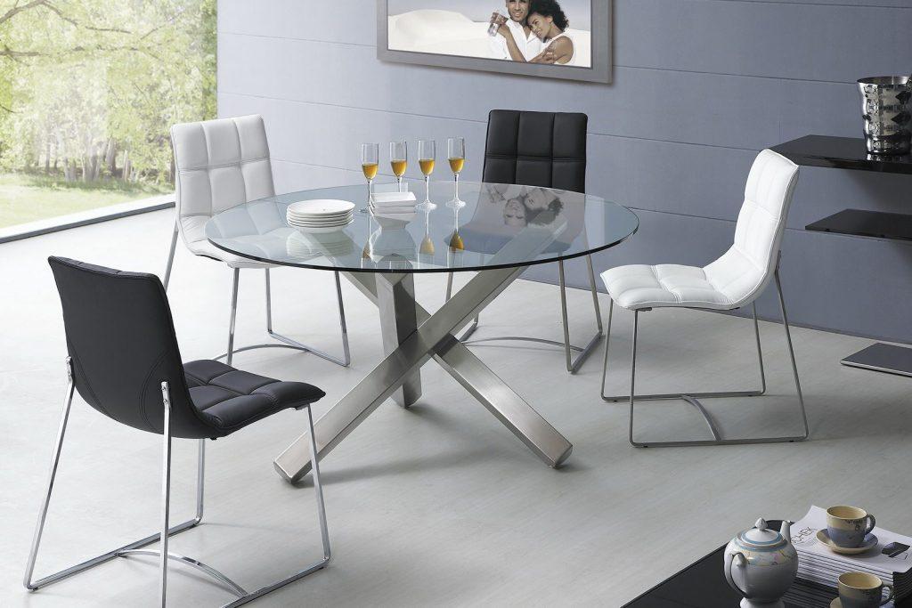 Круглый стеклянный стол в интерьере кухни
