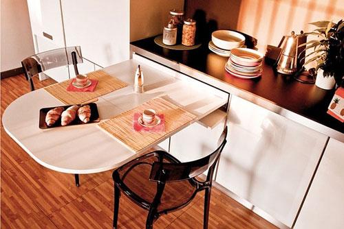 Фото выдвижного стола встроенного в кухонный гарнитур
