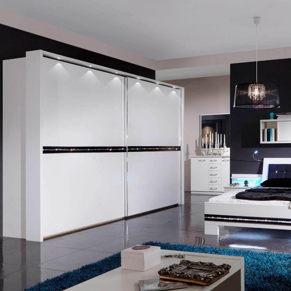 большой современный белый шкаф купе в спальне