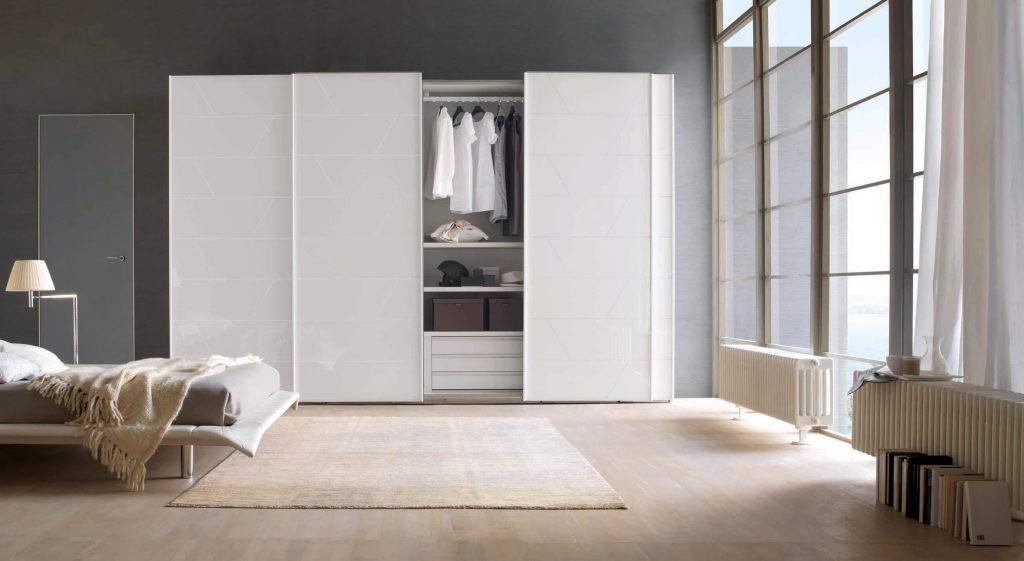 белый шкаф купе в просторной спальне