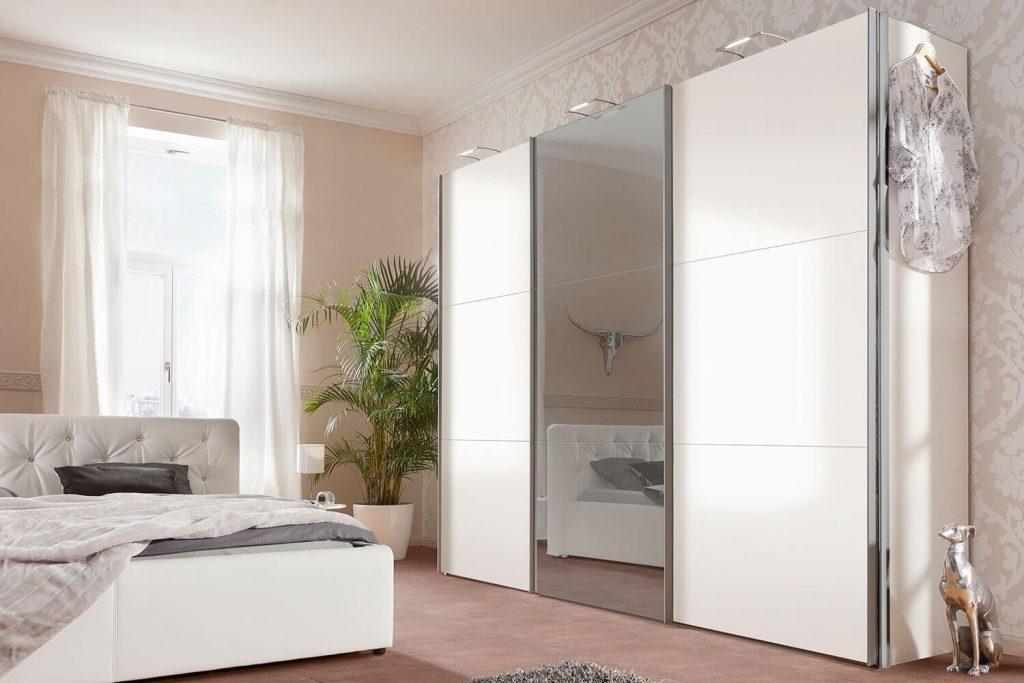 белый шкаф купе с зеркалом в спальне