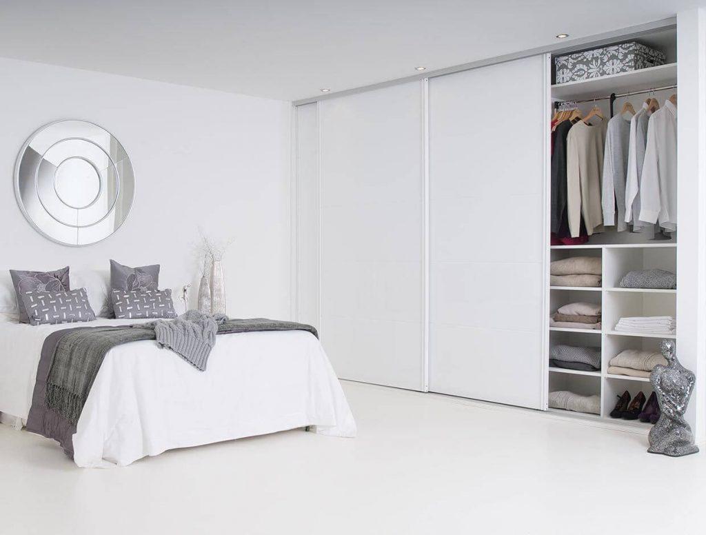 белый шкаф купе в спальне