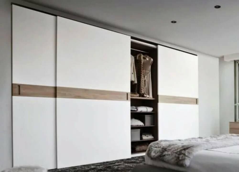 встроенный шкаф купе с белыми фасадами в интерьере спальни