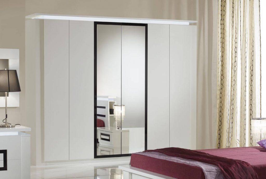 белый шкаф с зеркалом в интерьере спальни