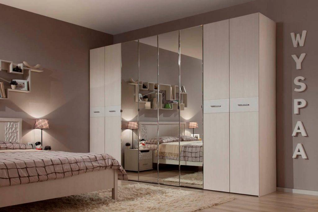 белый шкаф с зеркалами в спальне