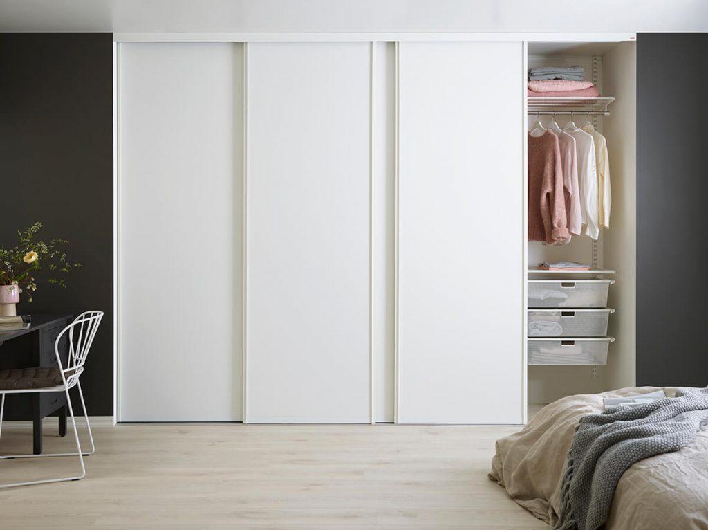 встроенный белый шкаф купе в спальне